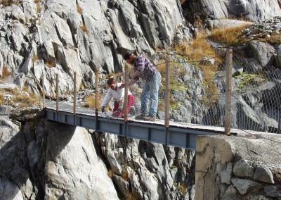 Die alte Brücke wird währen den Bauarbeiten der neuen Brücke noch als Zugang benötigtn