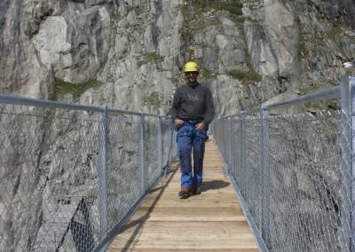 Die fertig erstellte Brücke wird ein letztes Mal kontrolliert.