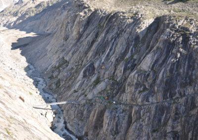 Oberaletschschlucht mit Brücke und Schutzkeilen